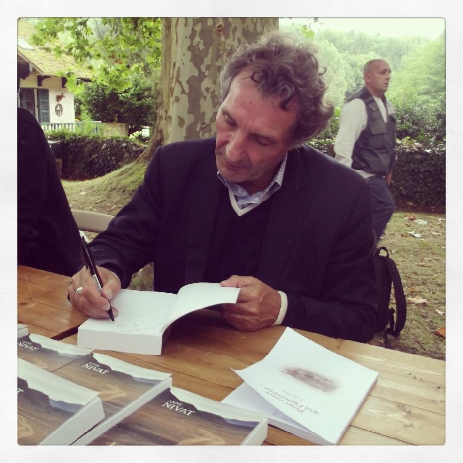 Jean-Jacques Bourdin : ma première dédicace de cette Forêt des Livres 2013, pour le livre de sa femme Anne Nivat, Les Brouillards de la guerre - © Daphné Chateau