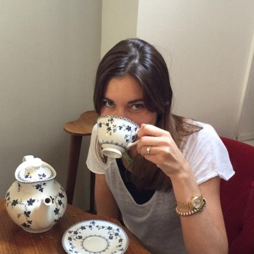 Émilie aime déguster le thé Anastasia de Kusmi