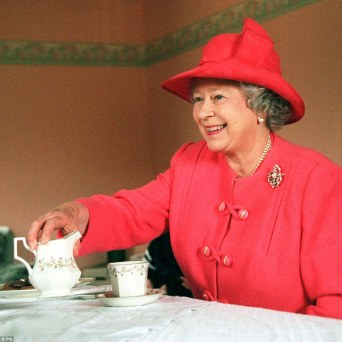 The Queen having tea in a private home in the Castlemilk area of Glasgow Scotland July 7, 1999 - Droits réservés