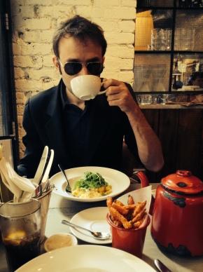 Le thé préféré de Jérôme Attal est le Pu-Erh. Ici, il déguste un English Breakfast Tea de Jing