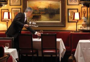 """Au centre, """"the Bond table"""", la table où M, Q et Monneypenney prennent un repas dans le dernier James Bond, Spectre. J'étais assise sur la banquette de la table qu'on voit à l'extrême droite de cette photo - ©Rules restaurant"""