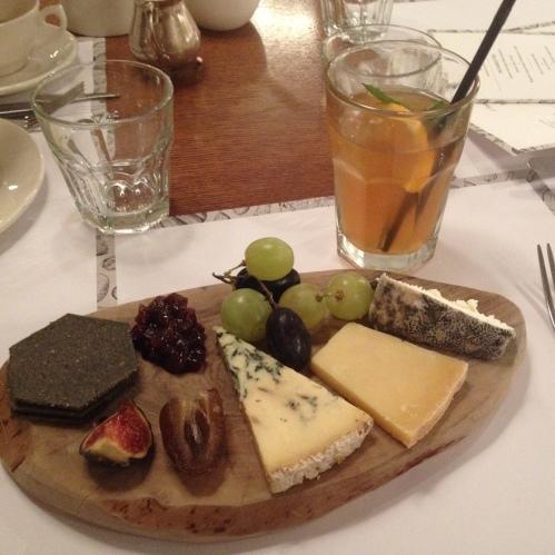 Tea Time at Fortnums : planchette de fromages anglais et thé glacé Fortmason - ©Chloé Chateau