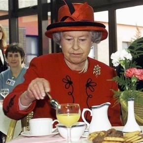 La reine prend le thé au Manchester Royal Infirmary - DR