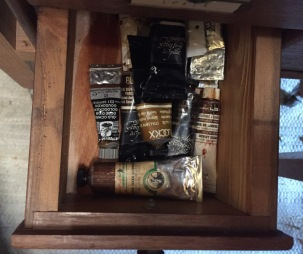 Un des tiroirs de tubes de peinture de Bernard Fièvre – ©Chloé Chateau
