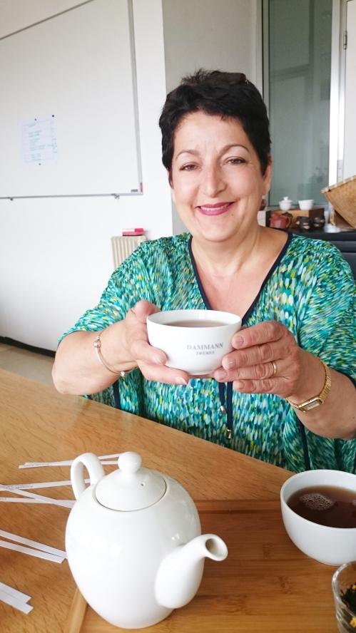 Aline Guglielmino-Taillefer, aromaticienne chez Dammann Frères, et son thé préféré, Charlotte au chocolat - ©Sandrine Derycke