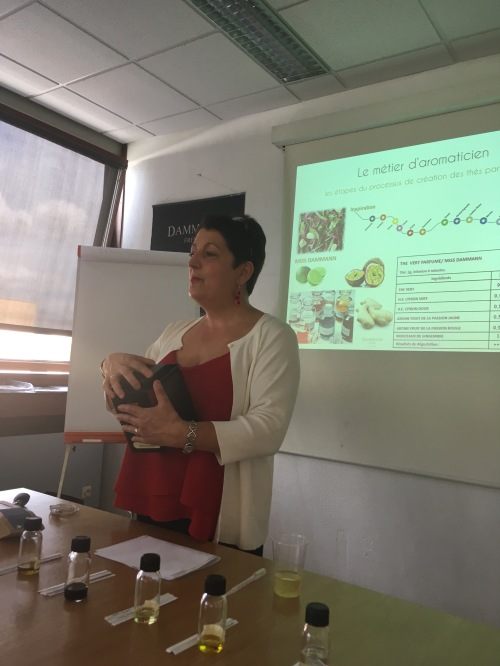 Aline Guglielmino-Taillefer nous explique son métier d'aromaticienne chez Dammann Frères - ©Chloé Chateau