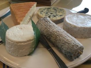 Le plateau de fromage du déjeuner chez Dammann Frères : Maroilles, Fourme d'Ambert, Camembert, Sainte-Maure de Touraine et Petit Billy - ©Chloé Chateau