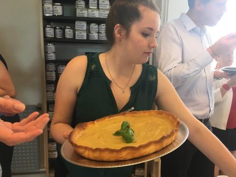Maëva Spitz apporte la tarte au citron réalisée par Sandrine Derycke avec les œufs de ses poules - ©Chloé Chateau