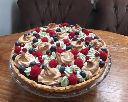 The Benedict's Wedding pie du Tearoom : purée de fruits rouges à la poudre d'amandes, meringue, crème au matcha et au yuzu, fruits rouges frais - ©Chloé Chateau