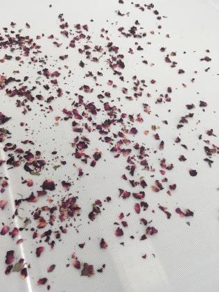 Le tri à la main des pétales de rose de Bulgarie demande de la dextérité et de bons réflexes - ©Chloé Chateau