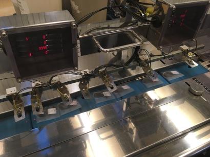 En sortant de la machine, les sachets de thé Cristal Dammann sont prêts à être emballés - ©Chloé Chateau