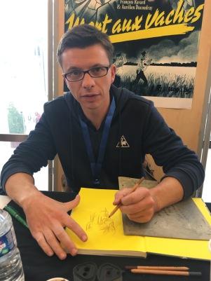 Dédicace de François Ravard pour À mort les vaches au salon du livre du Mans - ©Chloé Chateau