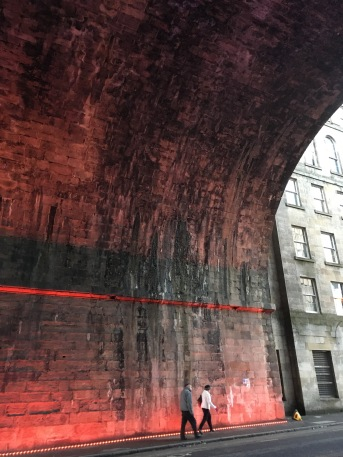 Red tunnel in Edinburg - ©Chloé Chateau